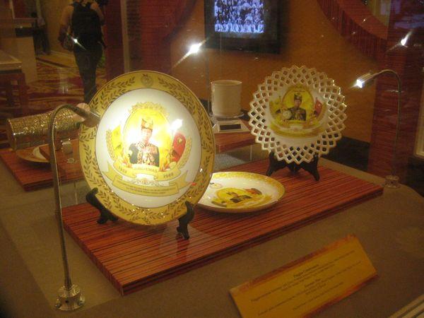 Pinggan bergambar raja yang biasanya menjadi souvenir bagi tamu raja