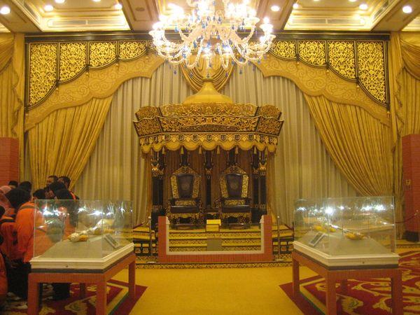 Singgasana raja dan permaisuri saat menerima dewan untuk melakukan pertemuan