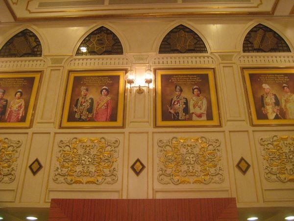 Foto para mantan raja yang dipajang di dinding, mulai dari raja pertama hingga ke-13 (Erna Mardiana/detikBandung)