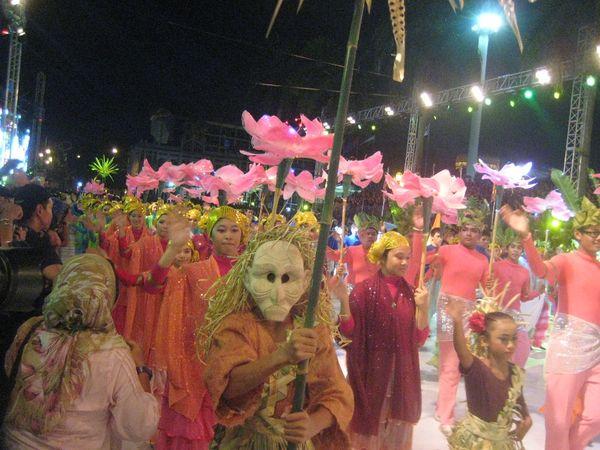 Peserta pawai membawa bunga, simbol wisata flora