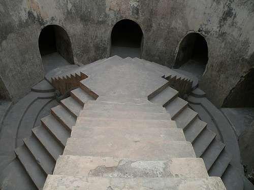 Tangga yang menghubungkan lantai bawah dan atas di masjid bawah tanah (Sisilia Novita Susanti/dTraveler)