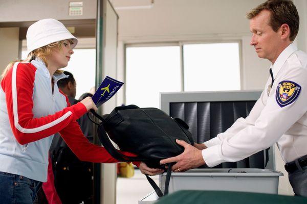 4 Cara Menjaga Barang Saat Pemeriksaan Di Bandara [ www.BlogApaAja.com ]