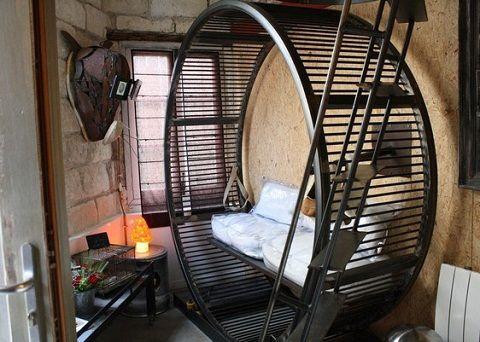Roda ini juga bisa diisi sofa (salon.su)