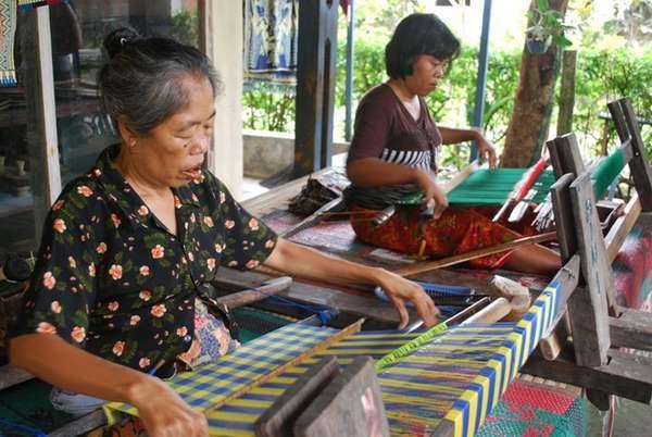 Wanita Desa Sukarara sedang menenun kain songket (dok. Hilda Perbatasari/dtraveler)