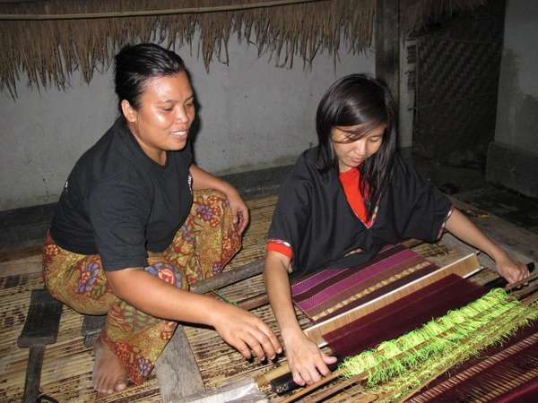 Belajar Menenun Kain Songket (dok. Nora Lestari/ACI)