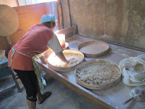 Seorang ibu sedang sibuk mengolah bahan tiwul (dok. Putri/detikTravel)