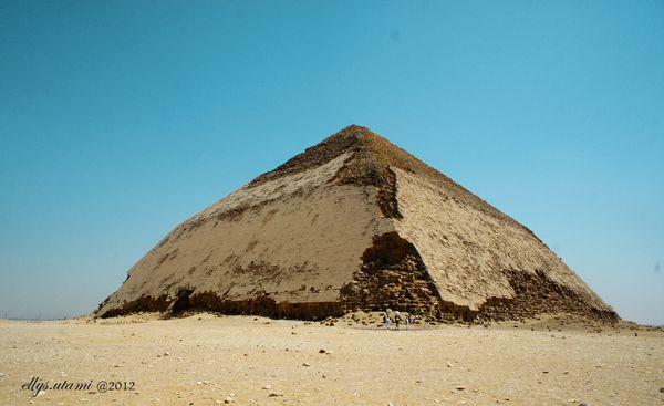 Bent Pyramid, Piramida bengkok di situs Dashour