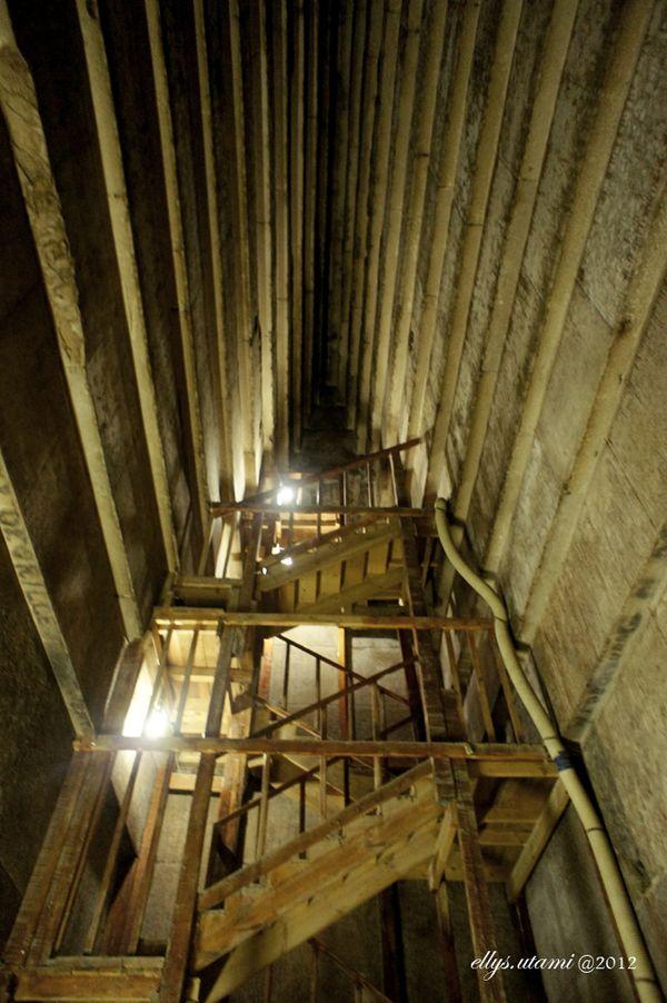 Serambi kedua di ruangan dalam pyramid. Tempat menyimpan peti jenazah ada di serambi ketiga dan harus naik tangga itu