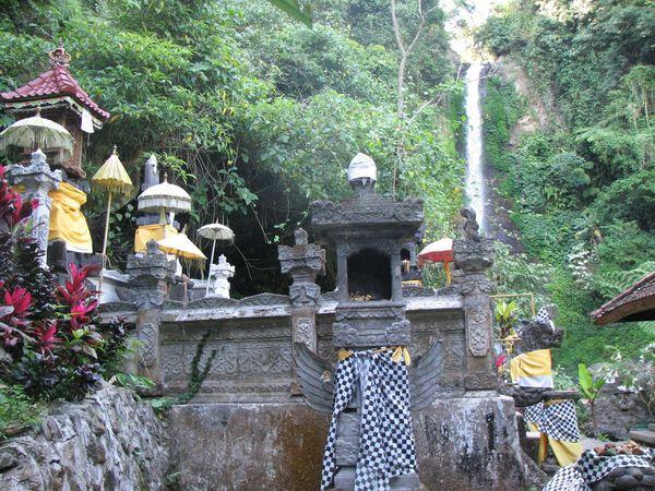 Tidak jauh dari air terjun Gitgit terdapat pura Desa Gitgit (grey-andrew.blogspot.com)