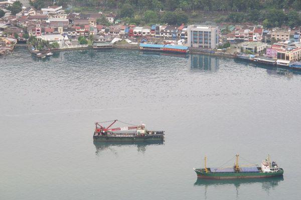 Kapal di teluk Kota Jayapura (Sastri/ detikTravel)