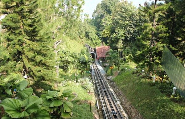 Jalur kereta ke puncak bukit (Avi/detikBandung)