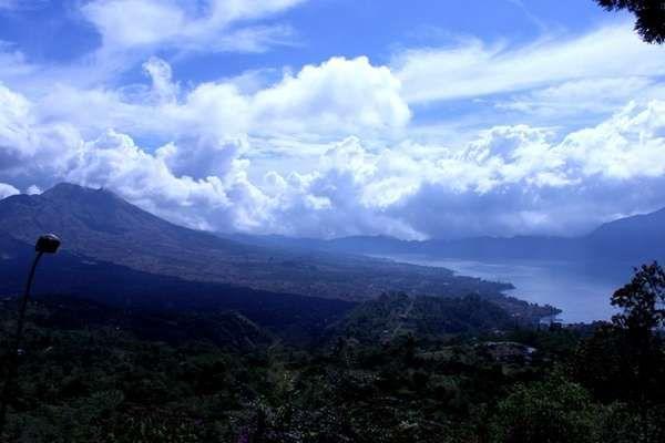 Hijaunya pepohonan pada gunung Batur dan birunya air danau Batur yang begitu menawan (Adi ps/dTraveler)
