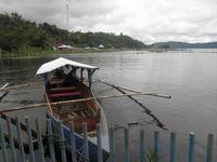 Bisa juga menyewa perahu dan mengelilingi danau yang luas ini. Suasana tenang akan Anda dapatkan.