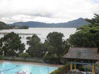 Pemandangan dari salah satu kamar. Ada kolam renang dan pemandian air panasnya juga.