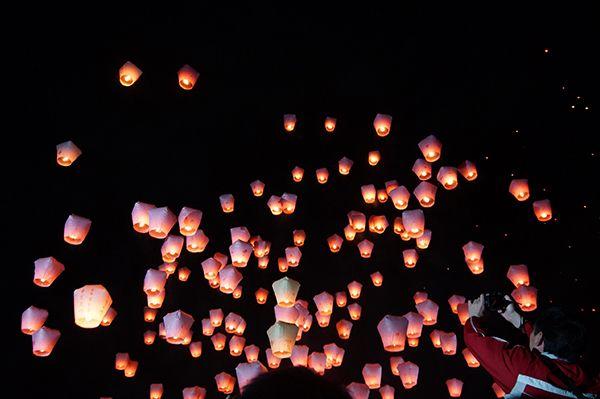 Selama festival, ratusan lampion berwarna merah dan orange menghiasi Desa Pingsi