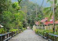 Jalan utama di Desa Tablanusu yang bersih dan bebas sampah (Sastri/ detikTravel)