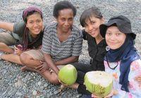 Seorang mamak yang memanjat pohon kelapa untuk kami minum kelapa muda segar (Sastri/ detikTravel)