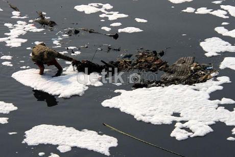 Ketika Banjir Kanal Timur Berubah Jadi \Tempat Sampah\