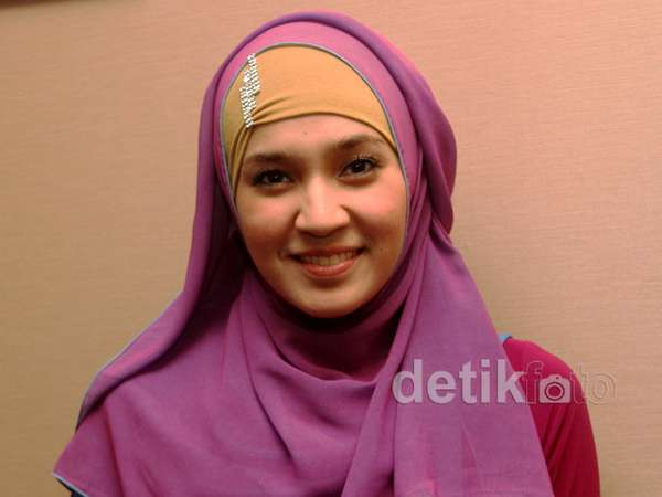 Dhini Aminarti Cantik dengan Jilbab