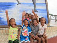 Anak-anak di Pantai Waisai Tercinta, mereka sangat antusias saat diminta berfoto. Sambil mengancungkan tangan, mereka pun tersenyum ke arah kamera. Setelah itu, mereka melihat fotonya dan saling berkata,