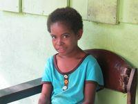 Gadis cilik di Desa Arborek. Awalnya, dia malu-malu untuk difoto, tapi akhirnya tersenyum juga. (Afif/detikTravel)