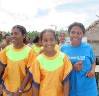 Mereka tersenyum sambil berjoged saat kami hendak meninggalkan Desa Sawingrai. Anak-anak kecil, remaja, hingga orang tua di Desa Sawingrai sangat ramah kepada para pengunjung. Mereka akan bertanya apa saja yang Anda tanyakan, tak ketinggalan senyum manisnya. (Afif/detikTravel)