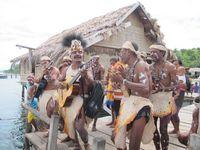 Masyarakat Desa Sawingrai yang bernyanyi mengantarkan kepergian wisatawan saat meninggalkan Desa Sawingrai.