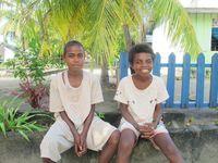 Ini anak-anak muda di Desa Arborek. Awalnya, mereka hanya melihat-lihat dari kejauhan dengan rasa penasaran. Saat difoto dari dekat, mereka pun tersenyum (Afif/detikTravel)