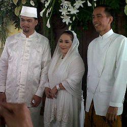 Jokowi Bawa Kado Coklat untuk Nunung dan Iyan