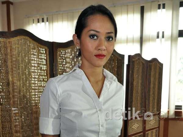 Sidang, Tiara Lestari Bergaya ala Sekretaris
