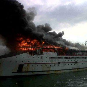 Kapal Penumpang Valerinne Terbakar di Pelabuhan Manado