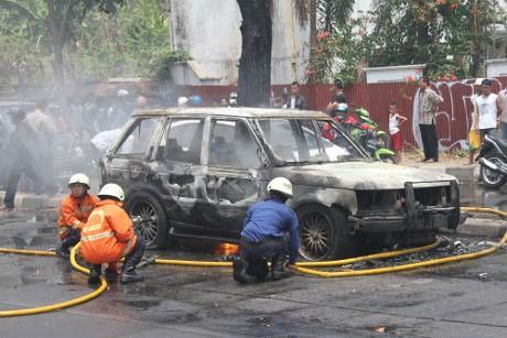 Mobil Range Rover Terbakar di Permata Hijau, Lalin Macet