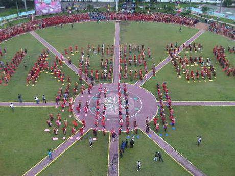 Ibu -ibu Bhayangkari Menari Tor-tor di Lapangan Merdeka Medan