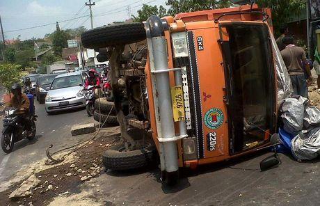 Truk Serempet Motor Polisi dan Terbalik Timpa Civic