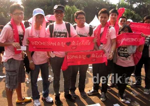 Pria-pria Berbaju Pink di SM Town Jakarta