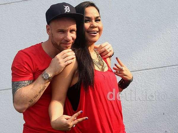 Melaney Ricardo & Tyson Kompak Merah-merah