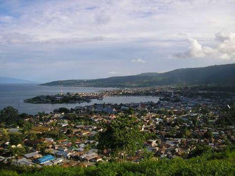 Lokasi kota Luwuk yang menghadap laut, dengan pusat kota tepat di