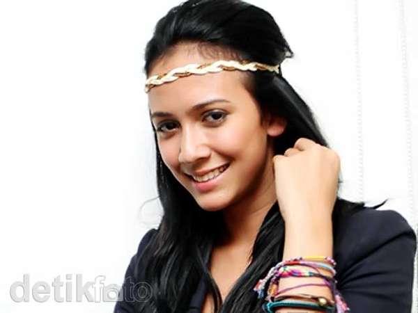 Manisnya Senyuman Nadine Alexandra