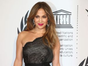 Jennifer Lopez Tampil Elegan