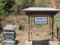 Begitu masuk pelabuhan, terdapat papan penjelasan seputar sejarah dan tradisi di Kuburan Trunyan. Wisatawan tak dipungut biaya apa pun untuk masuk ke area kuburan. Anda hanya perlu mengisi buku tamu dan memberi sumbangan seikhlasnya. (Sastri/ detikTravel)