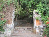 Gapura masuk ke Kuburan Trunyan terletak dekat pesisir Danau Batur. Suasana seram seketika menyergap, gapura ini tampak rapuh dan tua. Pohon-pohon raksasa di dalamnya seperti melambai menyeramkan. Beberapa tengkorak juga sudah menyambut wisatawan dari gapura ini. (Sastri/ detikTravel)