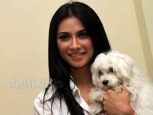 Uli Auliani & Anjing Putih Kesayangannya