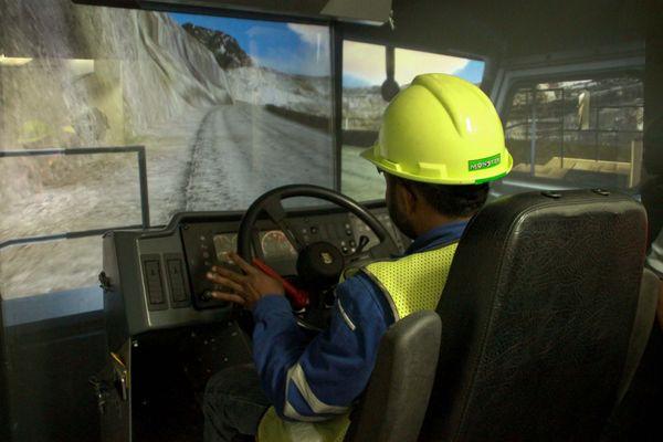 salah satu alat simulasi tercanggih di Institut Pertambangan Nemangkawi, untuk mengendarai dump truck Catterpilar 777