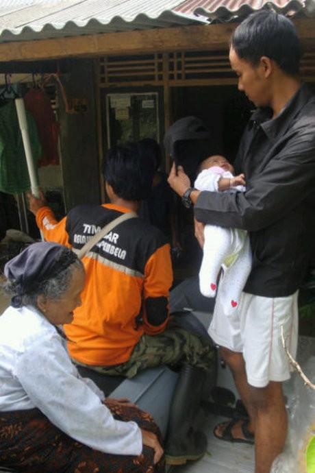 Ratusan Lansia dan Bayi Diungsikan Akibat Banjir di Cilacap
