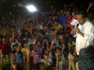 Lagi, Jokowi Bagi-bagi Hadiah untuk Anak-anak di Manggarai Jaksel