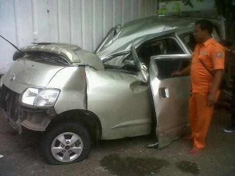 Mobil Grandmax Tabrak Tiang Jembatan Tol Kanci, 1 Tewas