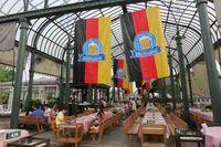 Sebuah glass house dengan banner bendera Jerman dan tulisan Oktoberfest. Konsepnya adalah meniru Munich, Jerman. Mejanya harus panjang dan bahkan diputarkan lagu tradisional Jerman yang dinyanyikan dengan gaya yodel khas Bavaria (Fitraya/detikTravel)