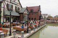 Begitu juga arsitektur, dekorasi dan fasad bangunan. Benar-benar bernuansa Eropa, bahkan ada kanal buatan walaupun tidak dipakai berperahu (Fitraya/detikTravel)