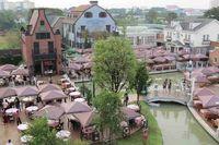 Ini adalah tempat makan dengan ratusan meja berjejer outdoor dan indoor. Semua bangunan yang ada di Chocolate Ville mayoritas bertema Eropa dan Amerika (Fitraya/detikTravel)