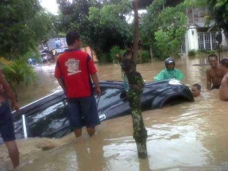 Terjang Banjir di Manado, Sebuah Mobil Xenia Terseret Arus